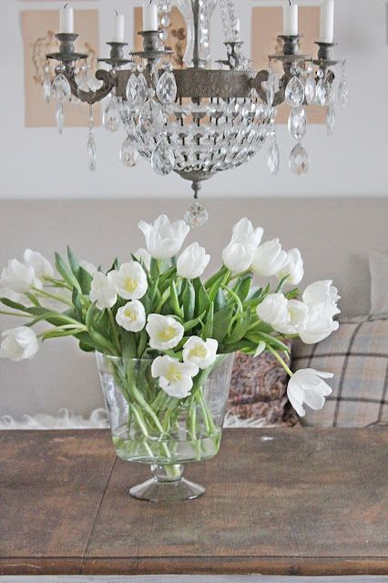 white-tulips-flowers-dining-table-vase