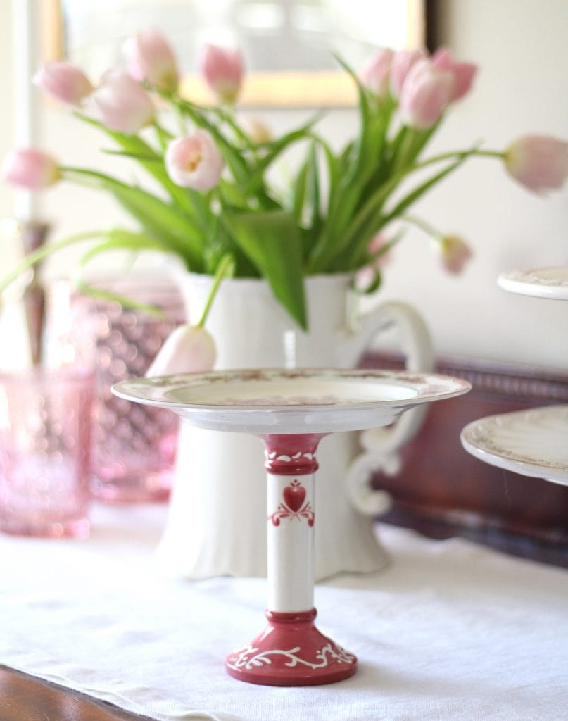 valentines-day-table-pink-tulips-cake-stand