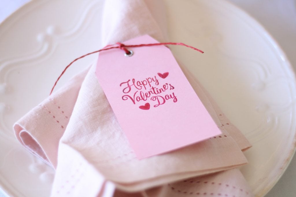 valentines-day-table-place-setting-pink tag