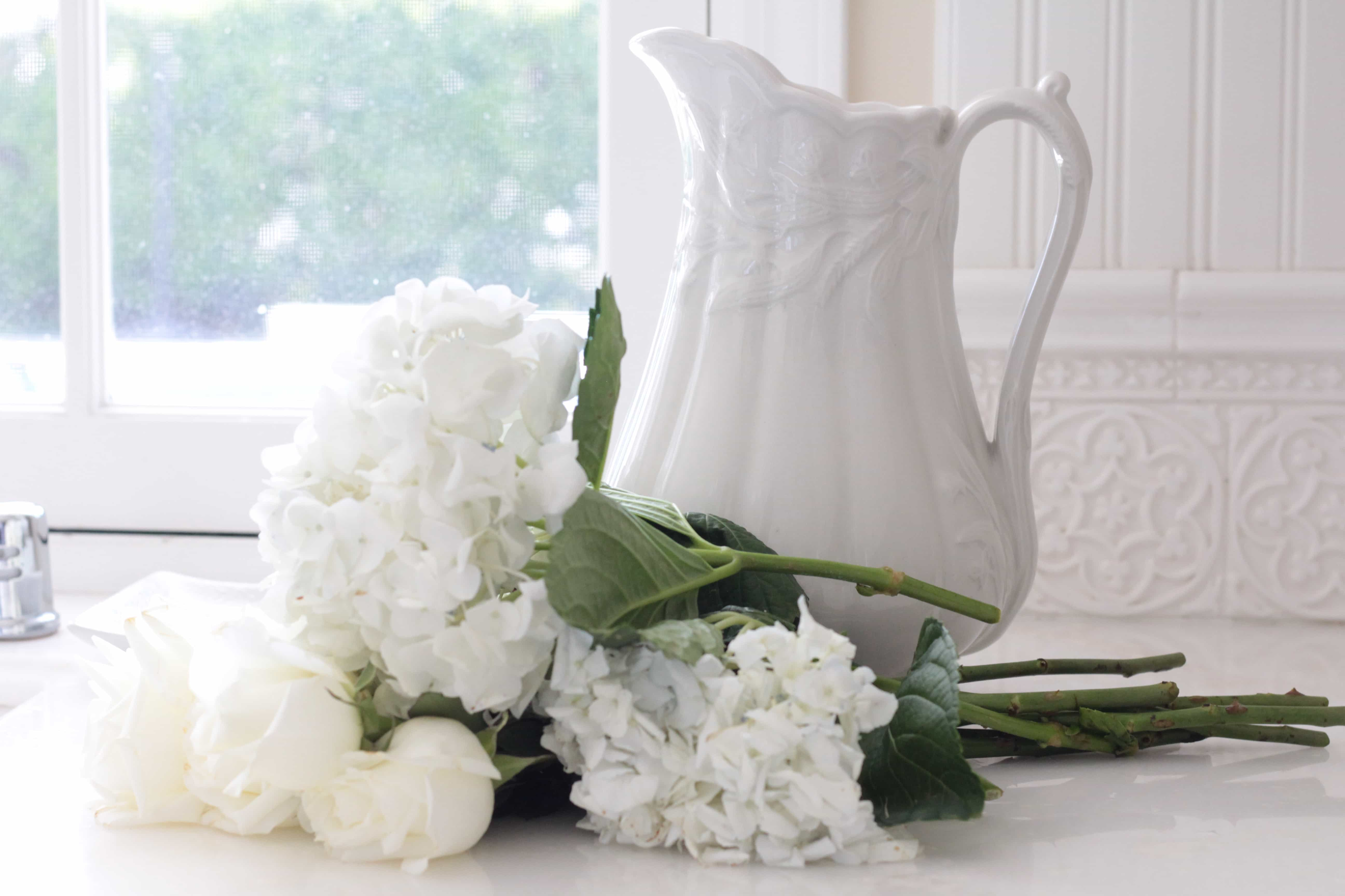 white-hydrangeas-kitchen-decorating-flowers