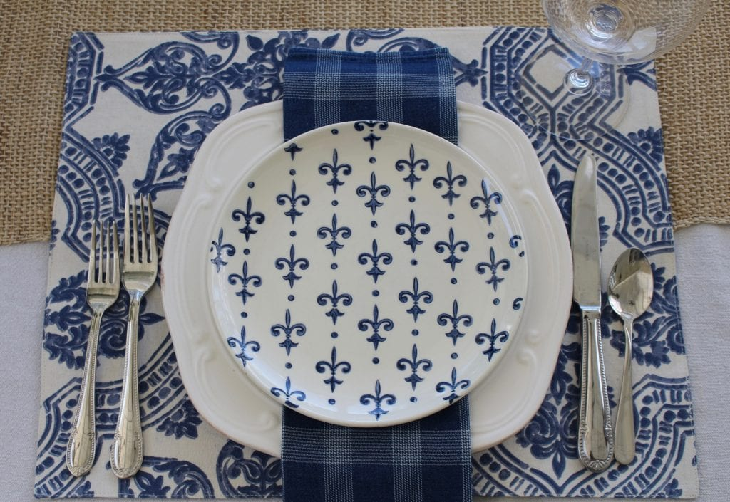 simple-summer-blue-and-white-tablescape-14