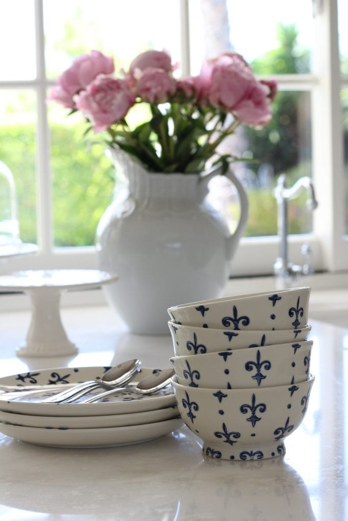 summer-home-tour-kitchen-blue-and-white-bowls