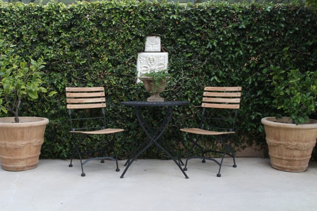 charming backyard seating area table and chairs