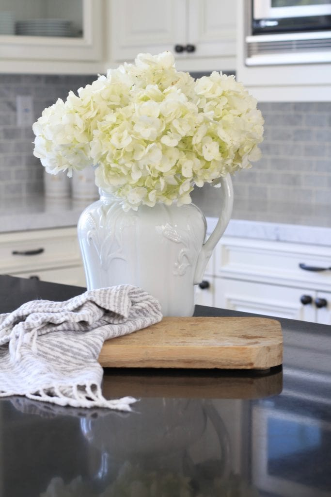gorgeous-farmhouse-kitchen-white-hydrangeas