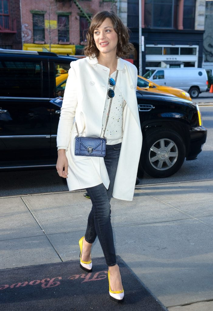french style marion cottiard white coat jeans pumps chic outfit