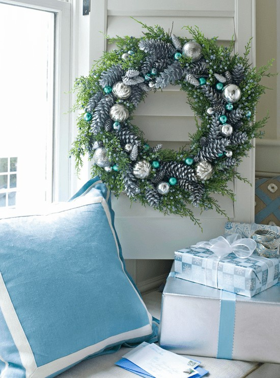 blue christmas decor ideas blue and silver wreath and gifts