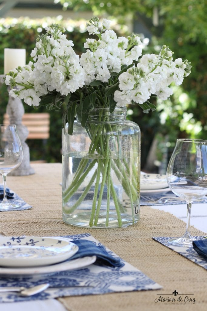 how to decorate with flowers white stock in glass jar gorgeous blue and white table setting
