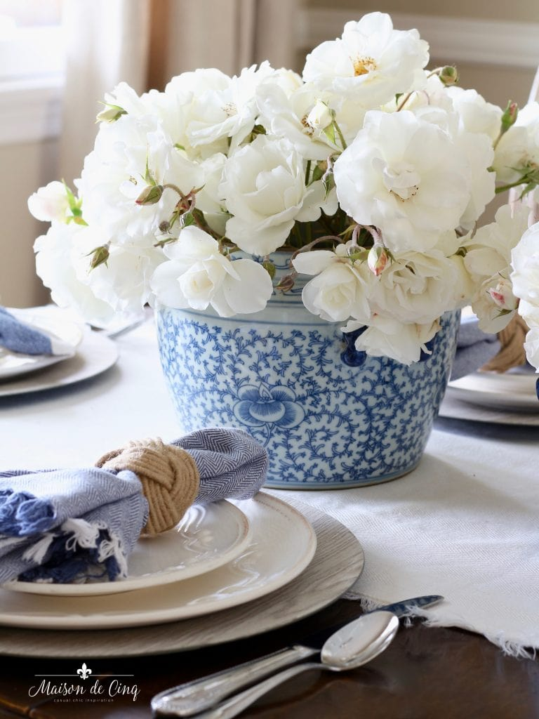 summer table setting white roses blue and white napkin runner
