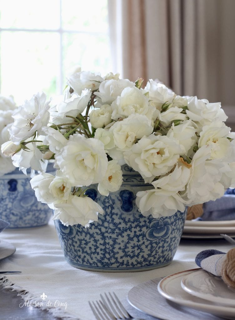 summer table setting white roses in blue and white ginger jar