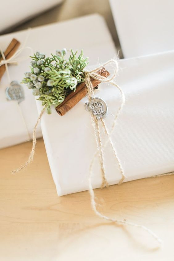 beautiful white wrapping paper with cinnamon sticks holiday gift wrapping ideas