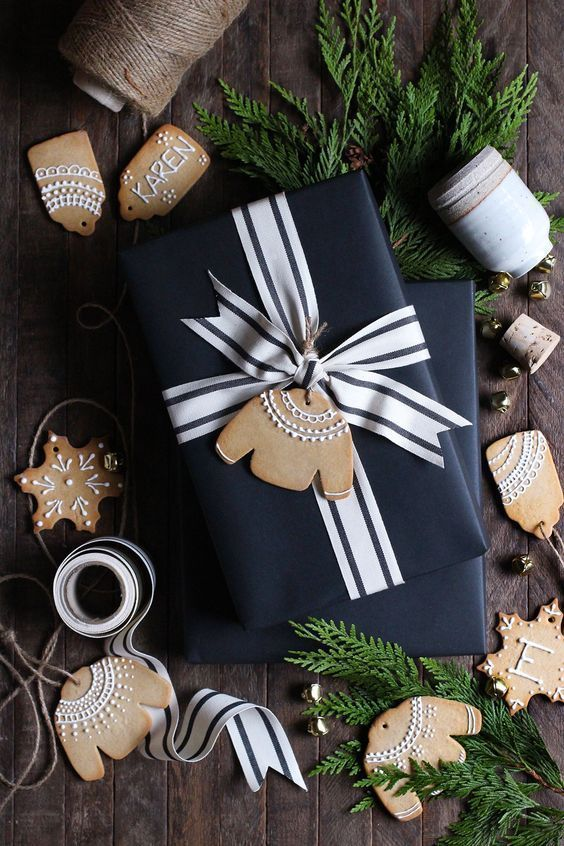 beautiful holiday gift wrapping ideas with black paper and gingerbread cookies