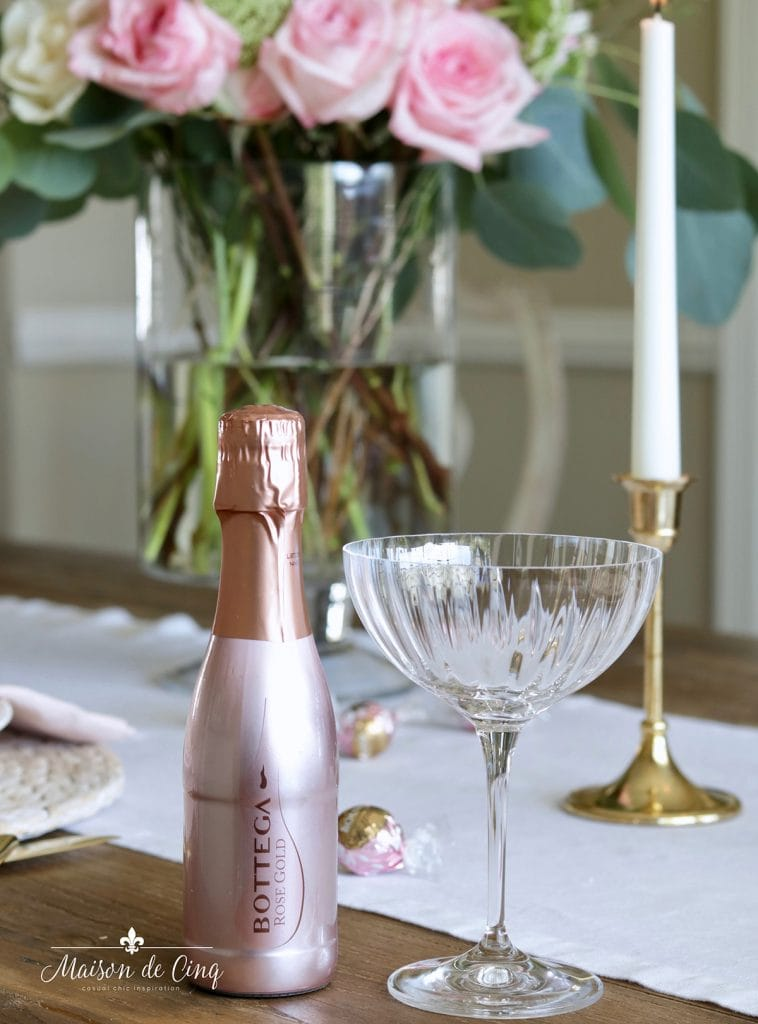 romantic table setting ideas Valentine's day rose wine